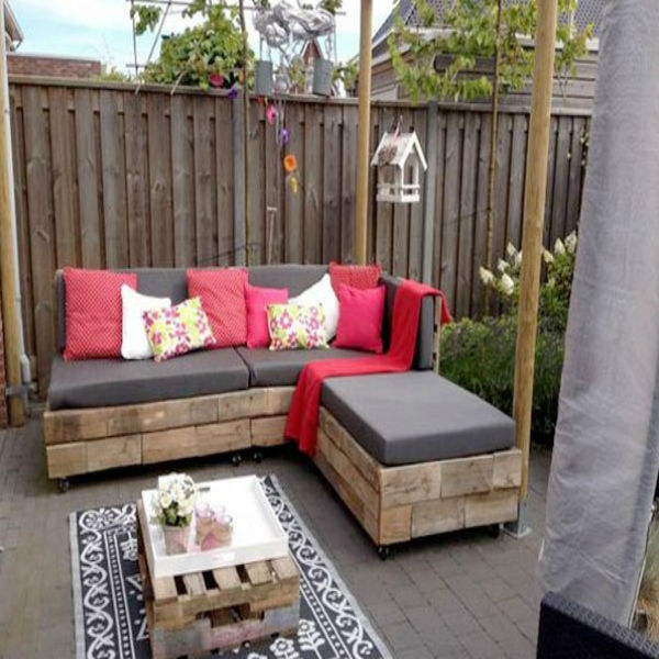 un salon de jardin en palette